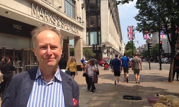 (Nigel Rodgers devant un magasin Marks and Spencer sur Oxford Street à Londres JUSTIN TALLIS / AFP)