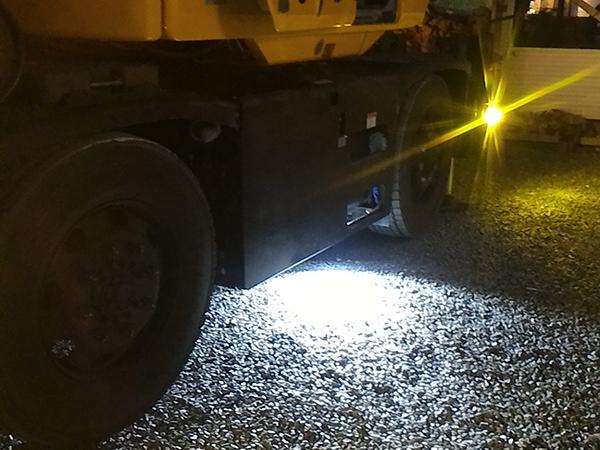 大型クレーン車 作業灯灯点灯写真