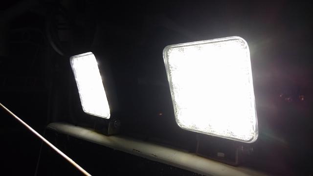 船舶に設置した作業灯をかなり近くから撮影したものです。実際に肉眼で見る場合は、直視出来ないくらい眩しいです