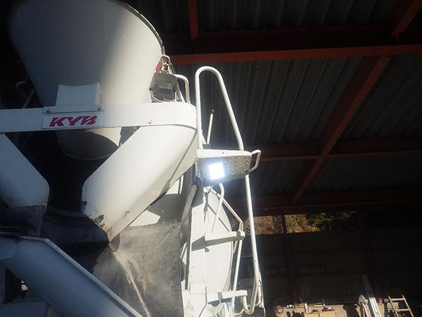 ミキサー車 LED作業灯点灯写真