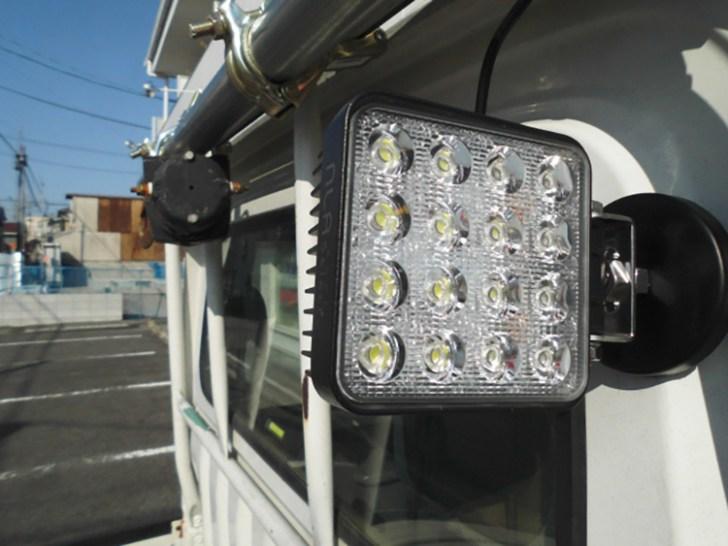 作業灯led 軽トラでマグネット利用写真