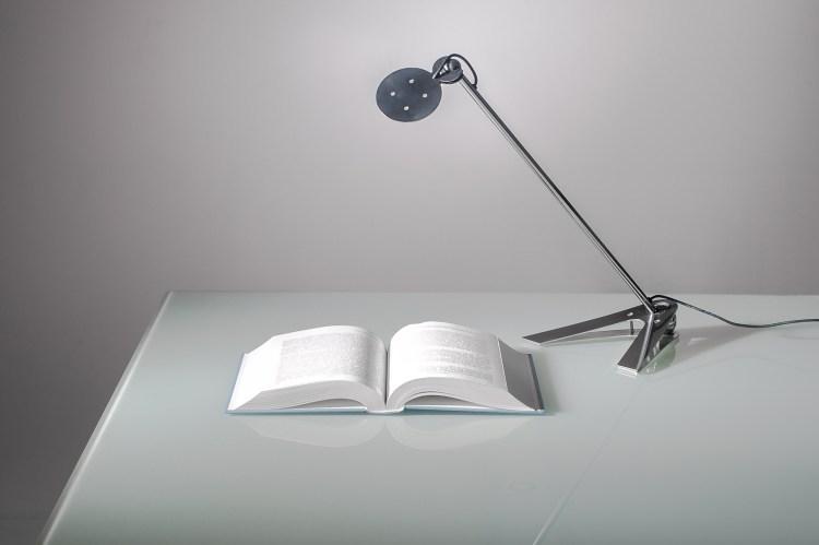 Prawidłowe oświetlenie biurka zapewni odpowiednio dobrana lampka.