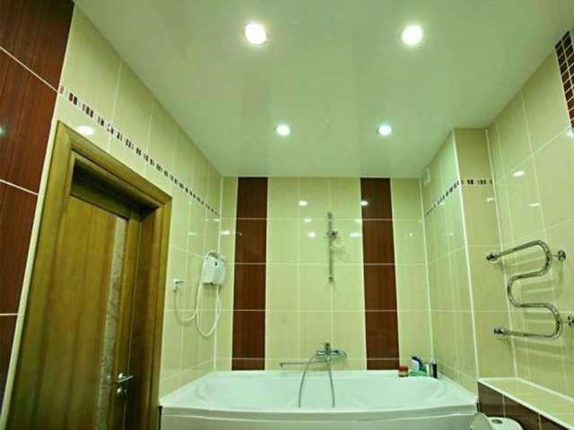 м-н Южный, ул. Добровольского д.7 Натяжной потолок в ванной, 4 светильника. Цена с установкой 4500 рублей.