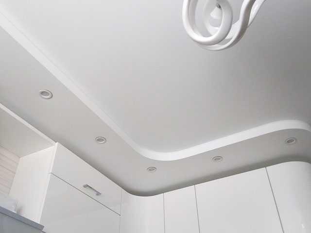 Матовый двухуровневый потолок на кухне