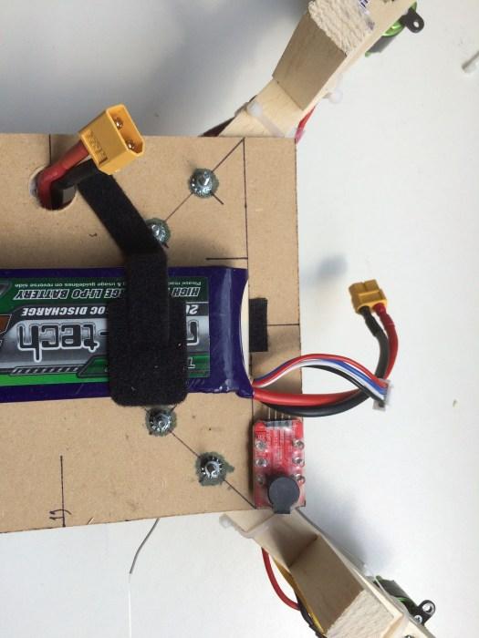 Installation du buzzer. Il faut le disposer de manière à pouvoir brancher le fil d'équilibrage de la batterie.
