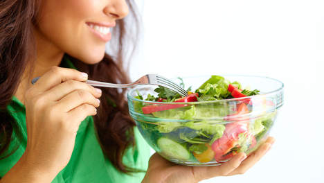 Gezond eten met veel verse groenten en fruit is een belangrijke stap in de richting van je gezond streefgewicht