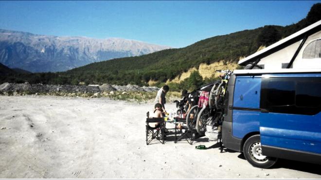 albanien-campen-heisse-quellen-gebirge