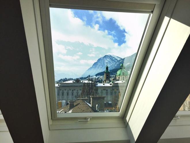 innsbruck-grauer-baer-blick-aus-dem-hotelzimmer