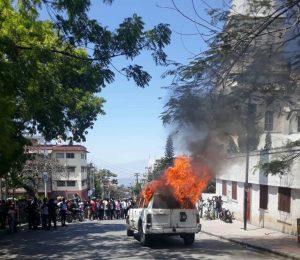 Pétion-Ville : Des prêtres catholiques gazés, un véhicule incendié après une messe pour la libération d'Haïti