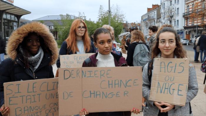 Nina, Sarembé et Zoé sont membres du mouvement lycéen Vichy climat environnement. Photo : Anna Péron