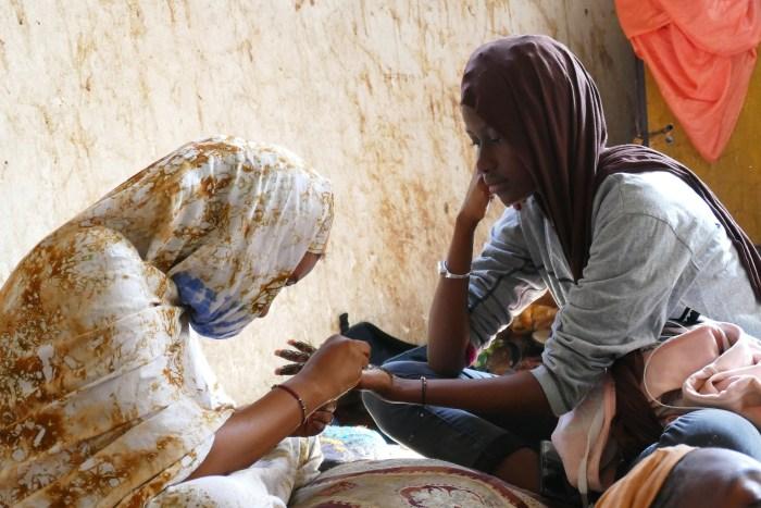 Les mains, miroir d'élégance et de féminité, sont souvent tatouées au henné. Même les plus jeunes femmes respectent la tradition. Le 6 Janvier 2020 à Nouakchott. Crédit : Lison Bourgeois. Retouche : Marie Solvignon.