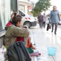 Dans les rues de Vichy, Djé mendie pour s'acheter à manger. Photo : Noémie Pitavin