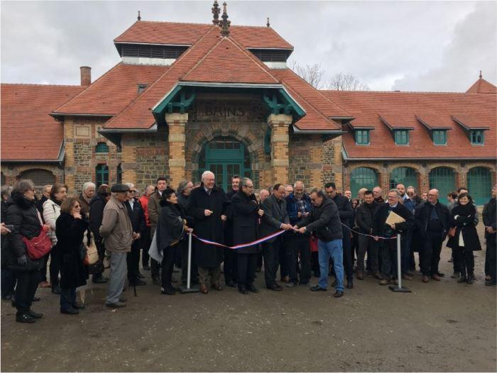 """Le maire de Lavault-Sainte-Anne, Samir Triki, et les invités coupent le ruban de l'inauguration devant le bâtiment """"les bains""""."""