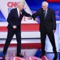 A défaut d'en venir aux mains, Joe Biden et Bernie Sanders jouent des coudes, gestes barrières oblige. @Associated Press