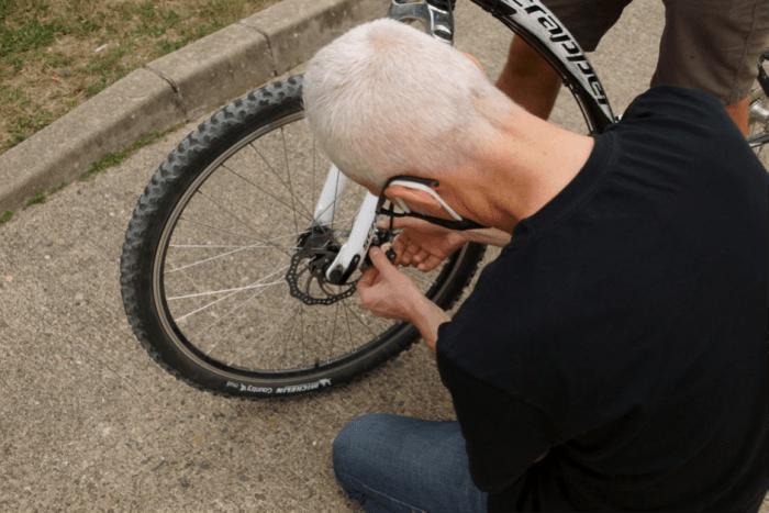 Guillaume Vincent aide un étudiant dans la réparation de son vélo mercredi 16 septembre – Photo : Louis Colmagne