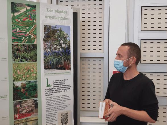 """Le jeudi 8 octobre 2020 à Yzeure dans l'Allier, rue Parmentier (Maison des arts et des sciences). Lilian Gerbier présente l'exposition """"la découverte des plantes"""". Photo : Charline Ragoua"""