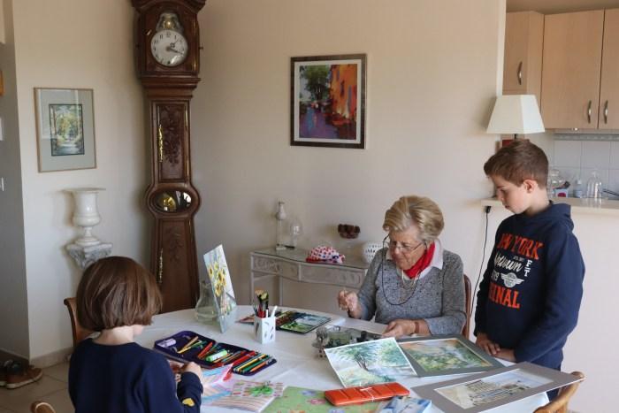 Anne Le Révérend sort son matériel chaque semaine afin de réaliser de splendides toiles d'aquarelle. Ce 29 octobre, elle peut inculquer à ses petits enfants l'art de peindre et la maîtrise du pinceau. Photo : Maxime Marin