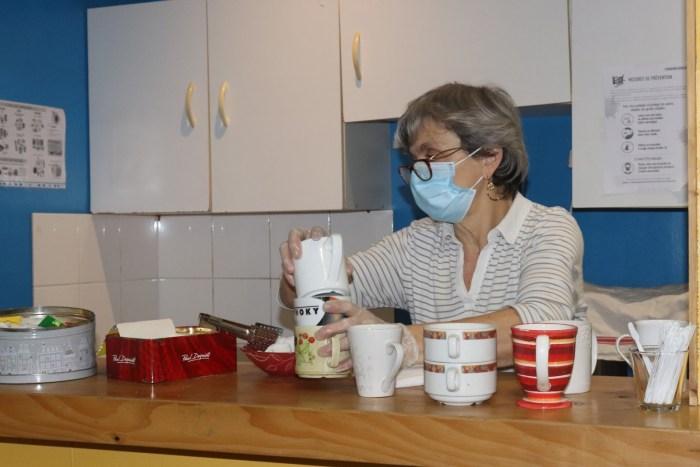Mesures sanitaires obligent, le coin café ouvert habituellement à tout le monde a disparu. Annick déplore la perte de ce temps d'échange entre bénéficiaires et bénévoles. Photo : Clémence Gabory