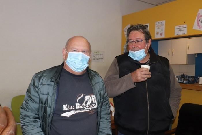 Seuls les chauffeurs/ livreurs ont le droit à un café. Pierre (à droite) est un ancien directeur d'hypermarché. Son rôle consiste à transporter la marchandise depuis le centre principal de Montluçon aux autres antennes du département. Photo : Clémence Gabory