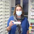 Anne Roustan, responsable de la Pharmacie des Volcans à Saint-Amant-Tallende, montre son dernier vaccin contre la grippe ; réservé à un patient prioritaire. Photo : Bastien Chaize