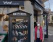 Christelle Maillet devant la nouvelle boîte à livres, avenue Poncet, à Vichy.Photo : Océane Guyon