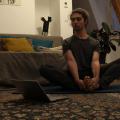 La pratique du yoga peut être une aide précieuse dans la gestion du stress dû au confinement. Photo : Coline Cornuot