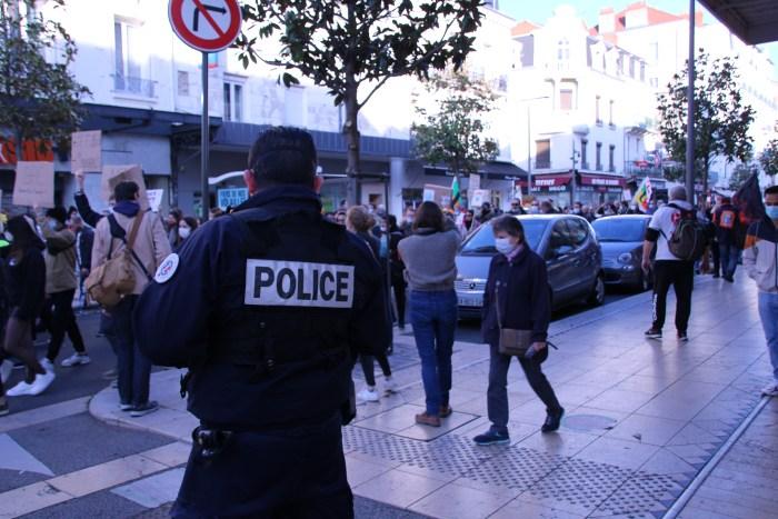 """Photo 12, 28/11/20, 15h35 : La manifestation a été autorisée par la préfecture, mais les policiers surveillent qu'il n'y ait pas de débordements. Le capitaine de la police de Vichy raconte être pour la loi : """"Elle protège les policiers des ennemis de la France"""". Il assure que ses """"collègues qui agissent mal seront toujours identifiés"""". Vu de l'extérieur, certains pensent que l'IGPN protège leurs collègues. Le capitaine rétorque et assure que cela est faux et que les membres de l'IGPN sont détestés par les autres policiers. Photo : Ewen Gavet"""