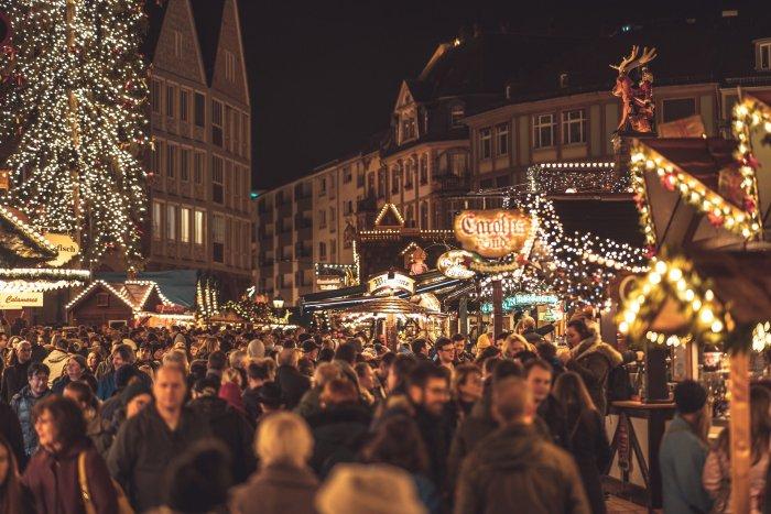En décembre, les marchés de Noël accueillent toujours beaucoup de visiteurs, en France comme à l'étranger. Mais avec la crise sanitaire, la plupart ont été annulés. Photo : Chriswanders