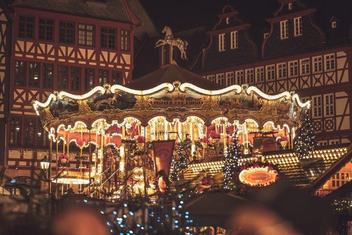 En décembre, les marchés arrivent à créer la magie de Noël partout dans le monde. Photo : Chriswanders