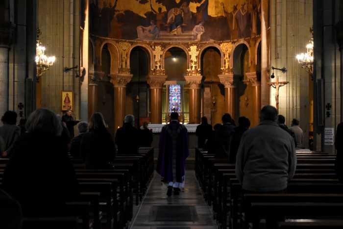 A l'intérieur de l'église Saint-Louis de Vichy, le 29 novembre, le père Molin affirme que la jauge des trente personnes est respectée. Photo : Sofiane Orus Boudjema