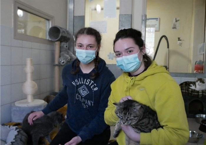De gauche à droite, Maelys et Nina sont stagiaires pour 5 jours à la SPA de Brugheas. En première année d'Ostéopathie animale à Châtel-Guyon, elles sont très heureuses de développer leur expérience au sein de l'association. Photo : Jade Loncle