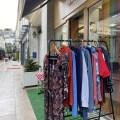 Les objets et vêtements de seconde main qui sont à vendre dans ce magasin rempli de couleur. Photo : Oman Al Yahyai