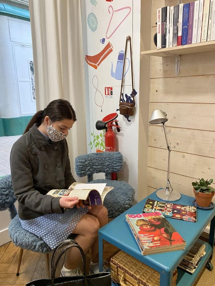 Clémence Gabory, une nouvelle cliente de Couleur Cafe, interessée par des anciens magazines mis à vendre. Photo : Oman Al Yahyai