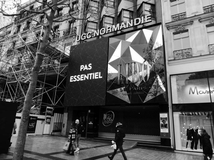 Quelques dizaines de mètres plus loin, le cinéma UGC Normandie et le cabaret le Lido restent quant à eux fermés. La réouverture de ces lieux culturels était pourtant prévue le 15 décembre dernier, mais la crise sanitaire en a décidé autrement. Le message « pas essentiel » affiché sur la façade résonne comme la révolte du monde de la culture. Photo : Antoine Allart