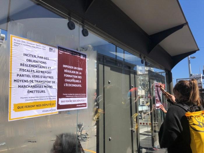 Les membres de l'ANV-COP21 ont disposé des affiches partout dans la ville de Clermont-Ferrand. Photo : Mathilde Calloc'h