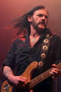 Lemmy i aksjon (Foto: Mark Marek, Wikimedia Commons)