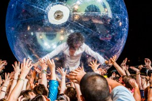 Wayne Coyne på Flaming Lips-konsert. (Foto: Wikimedia Commons)