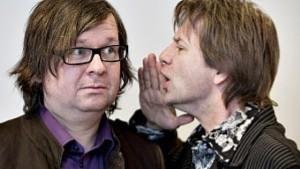 Bård Ose (t.h.) forer Finn Tokvam med litt P.I.L.S. Etter tretten år på radio, har NRK-journalistene nå gitt ut bok. (Foto: NRK)