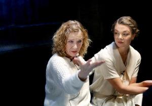 Liv Ullmann regisserer «Fortrolige Samtaler» ved Nationaltheateret. Her sammen med skuespiller Marte Engebrigtsen. (Foto: Kristin Svorte)