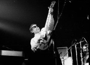 John Cale i aksjon på scenen, tatt noen år før vi snakket med han i 1996. (Foto: Wikimedia Commons)