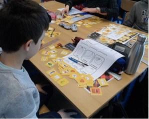 élèves apprenant le français avec les fiches pédagogiques du Français illustré
