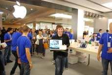 Apple Store Le Gru: nerd che filma con il MacBook