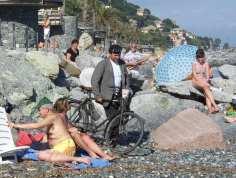 Lino Ratto in spiaggia con la bicicletta