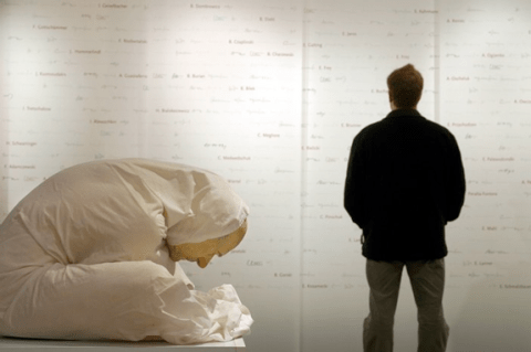 Ron Mueck - man in sheet