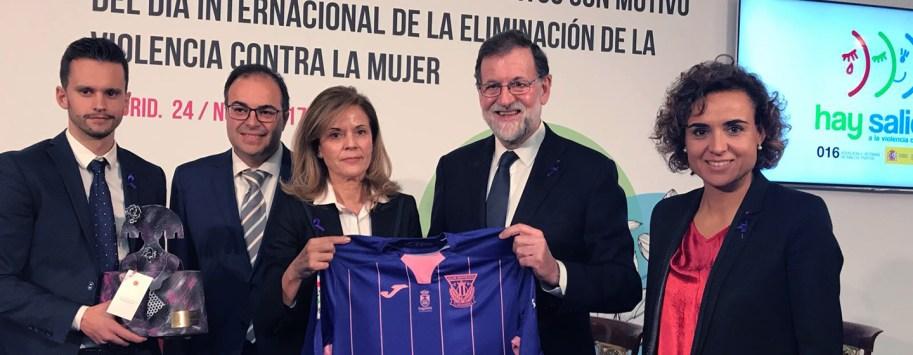 Rajoy y Victoria Pavón con la camiseta del CD Leganés