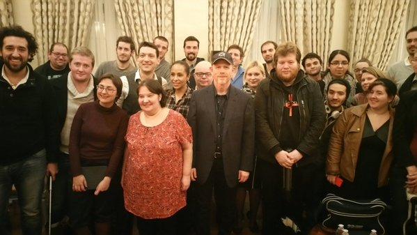Photo de groupe Ron Howard et les blogueurs ( crédits photo : Warner Bros France.)