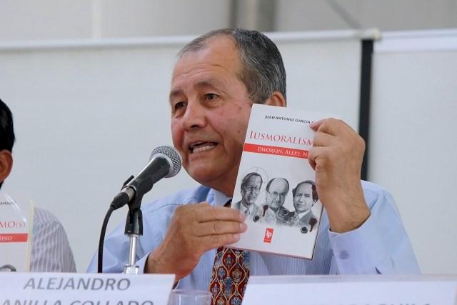 Click sobre la imagen para adquirir «Iusmoralismo(s). Dworkin, Alexy, Nino» del profesor español Juan Antonio García Amado.