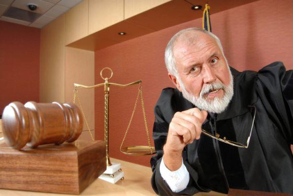 ¿Puede el juez condenar por un delito no postulado en la acusación fiscal?