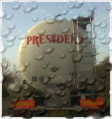Un des nombreux camions citernes, véritable panneau publicitaire ambulant, qui opèrent la collecte de lait.