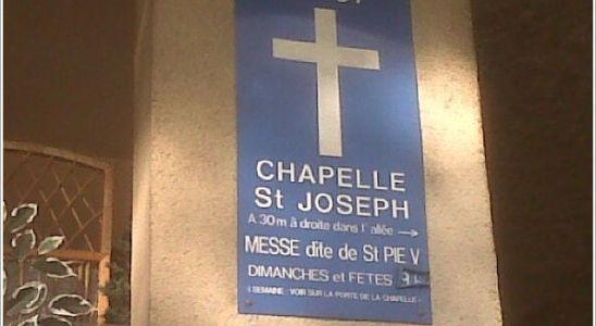 Le panneau sur la façade de l'immeuble, sur la rue